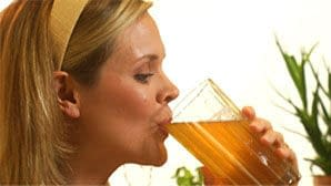 mujer bebiendo zumo