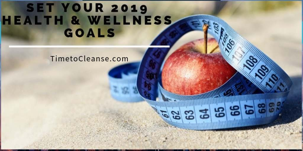 apple with tape measure and set your 2019 health and wellness goals written